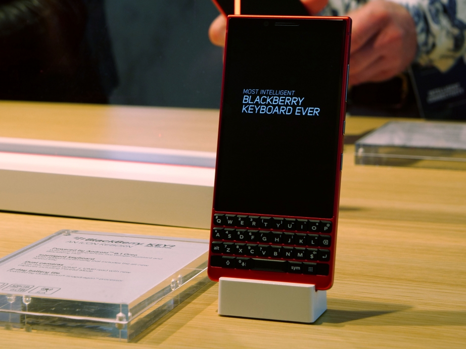 blackberry-mwc19-handson-pic2.jpg