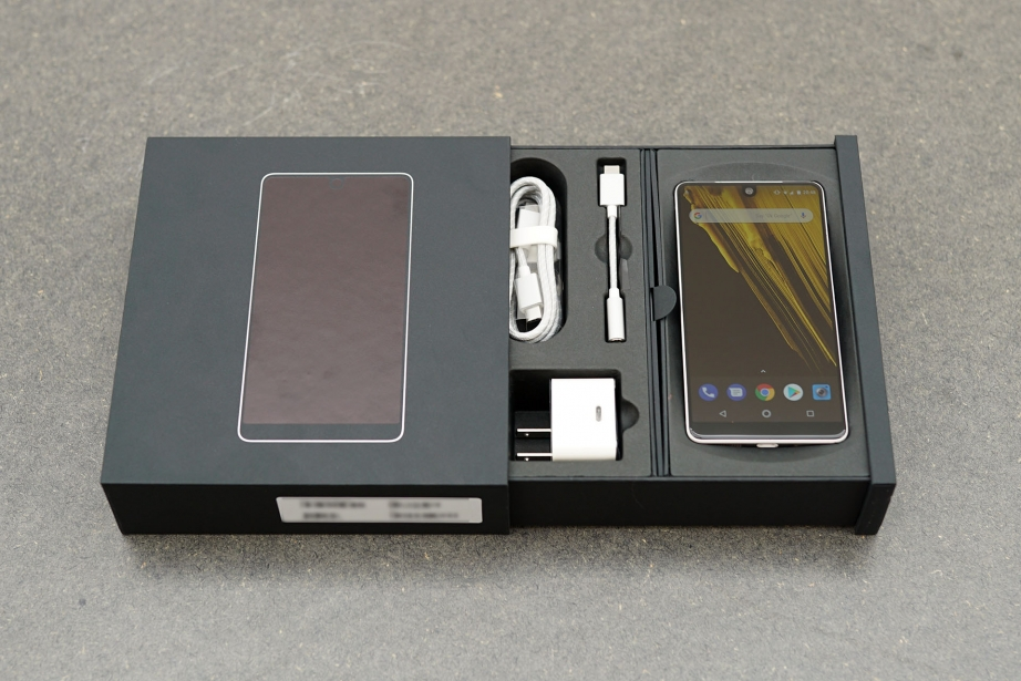 essential-products-essential-phone-unboxing-pic2.jpg