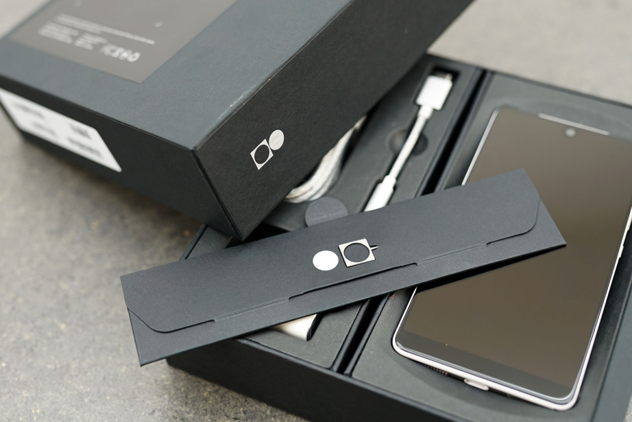 essential-products-essential-phone-unboxing-pic3.jpg