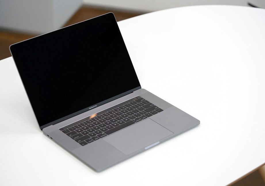 apple-macbook-pro-15-inch-2019-unboxing-pic2.jpg