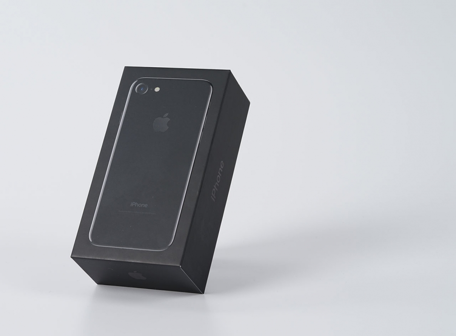 apple-iphone7-jetblack-unboxing-pic1.jpg