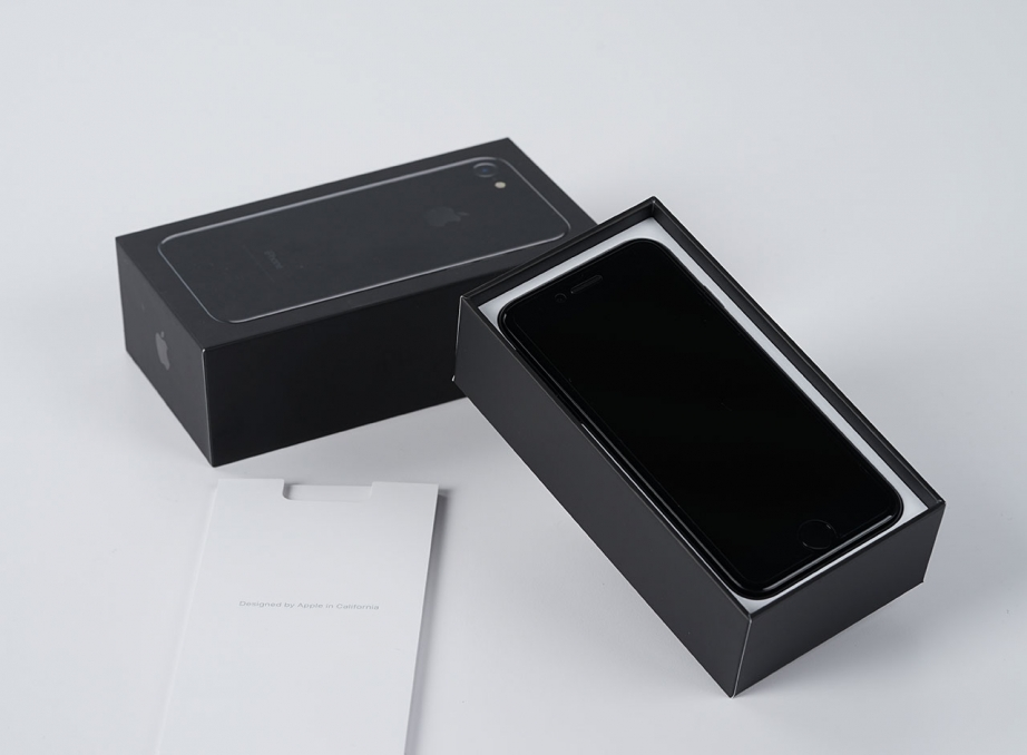 apple-iphone7-jetblack-unboxing-pic2.jpg