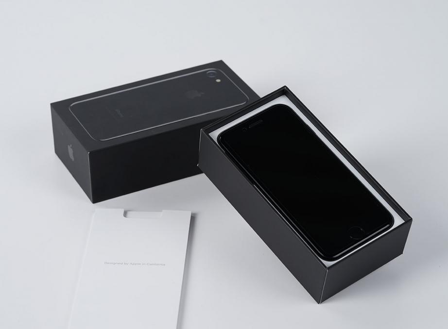 apple-iphone7-jetblack-unboxing-pic2.jpg