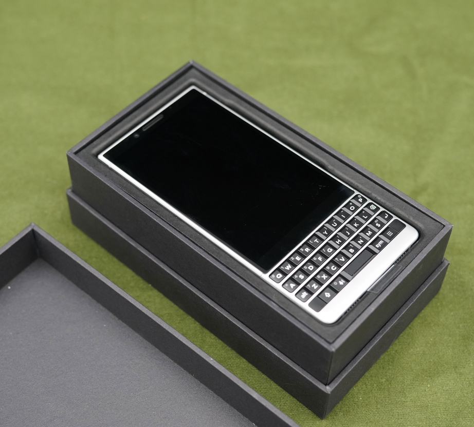 blackberry-key2-unboxing-pic10.jpg