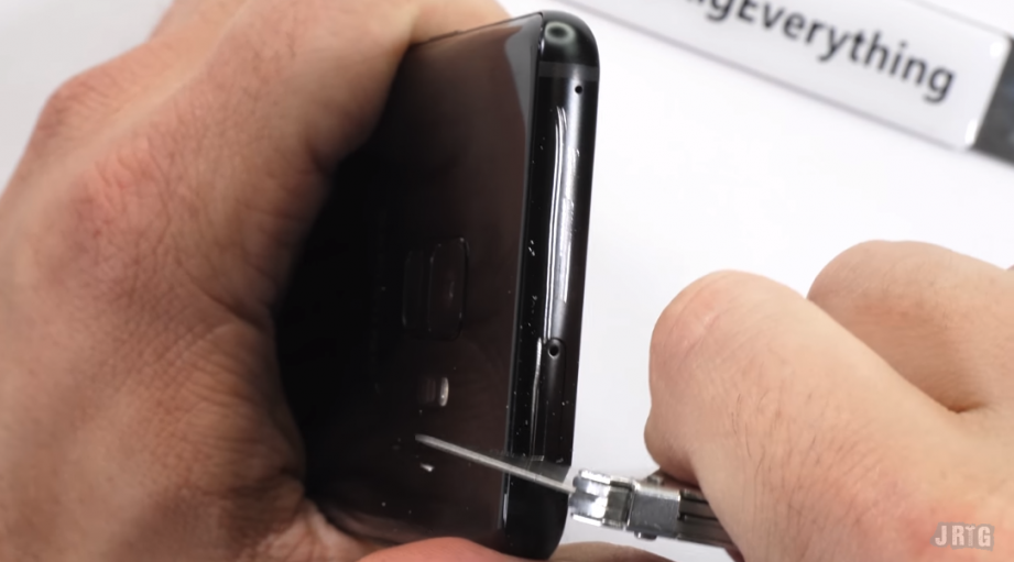 2018-03-13 12_04_20-Watch the Galaxy S9 duo get scratched, burnt and bent - GSMArena.com news.png