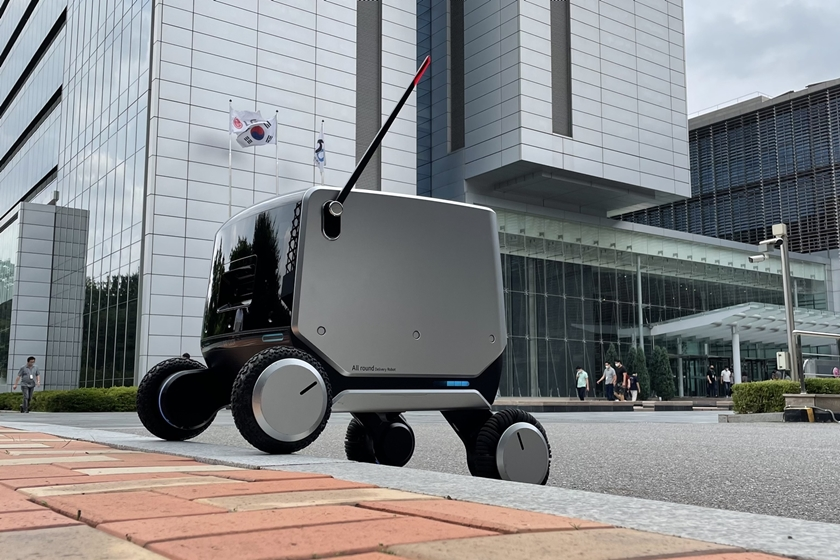 LGIndoor-and-outdoor-robot-delivery_1.jpg