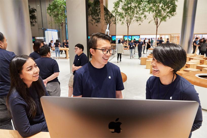 apple-bangkok_store-opening-team_11072018_big.jpg.large.jpg