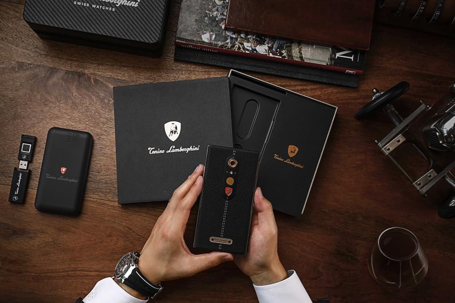 Siemia-Lamborghini-priedstavila-novyi-smartfon-ALPHA--ONE-za-119-000-rubliei_3.jpg