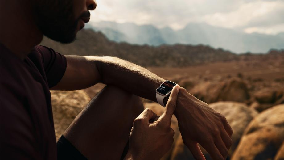 Apple_watch-series7_lifestyle-03_09142021.jpg